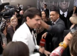 Reporter-slapped-for-trying-to-kiss-Will-Smith-SK1GS79H-x-large